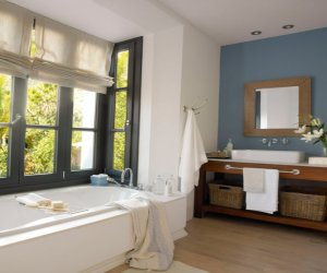 Design ideas of bathrooms with window
