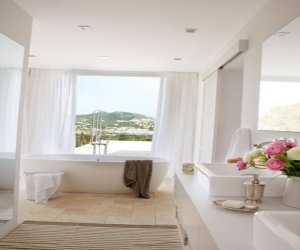 Sunny bathroom design