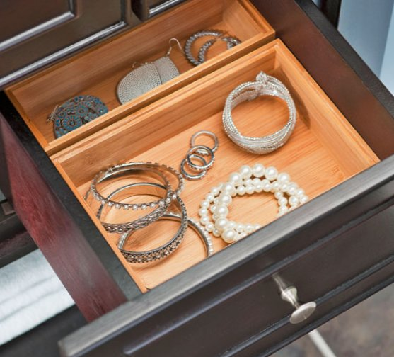 Tiny bathroom design - cabinet with jewerly