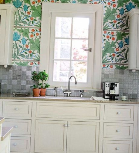 Bright-floral-Wallpaper-in-the-kitchen-2.jpg